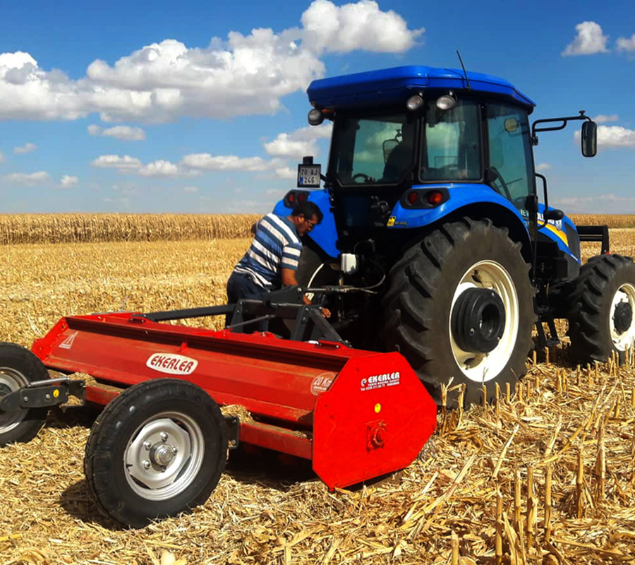 Sap Parçalama makinalarında kullanılan Kasnak ve kayış sistemi, kuyruk milinin devreye alınması sırasında traktörden gelen ani yüklenmelerin şanzımana zarar vermesi engellenir. Bu sayede uzun ömürlü ve güvenli çalışma sağlanır. Güçlü bağlantı kolları, sağlam gövde yapısı. Sap parçalama makinalarının yan tarafında bulunan kayış-kasnak ayar kolu ile rotor devri kolay bir şekilde ayarlanmaktadır. Hasat sonucunda toprak üzerinde kalan bitki saplarının parçalanıp temizlenmesi ve tekrar toprağa kazandırılması amacı ile kullanılan makinedir. AYÇİÇEK, MISIR, PAMUK, ÇELTİK, BUĞDAY, ARPA VB.SAPLARI MÜKEMMEL PARÇALAR ANIZ YAKMAYA ÇÖZÜM GETİRİR Çeltik, Buğday, Arpa Saplarını biçerdöverin bıraktığı saplarla (namluyla) birlikte paraçalayabilir. Islak sapları dahi parçalama özelliğine sahiptir.